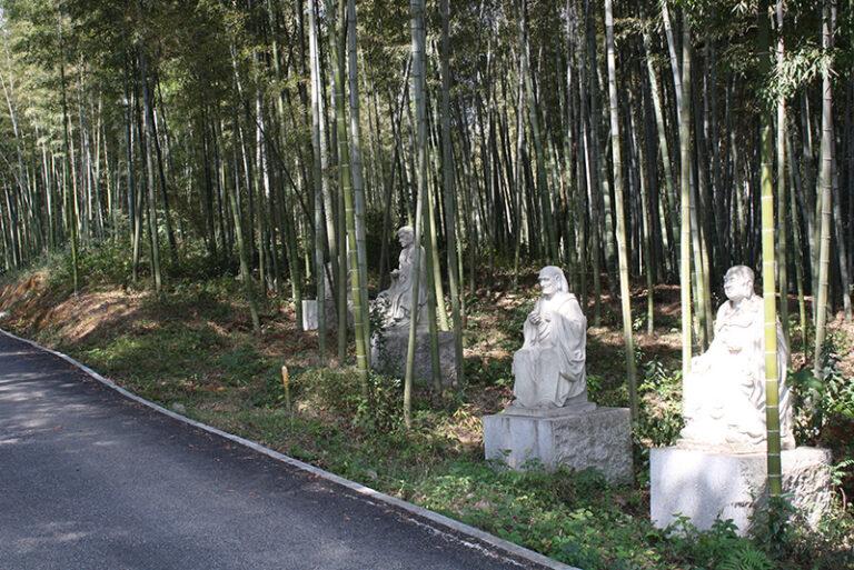 Bambuswald mit Glück-Buddhas